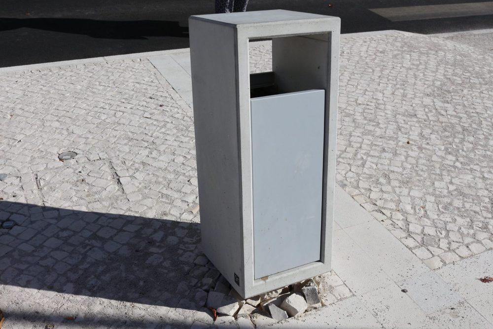 JF Samouco: caixote do lixo vandalizado