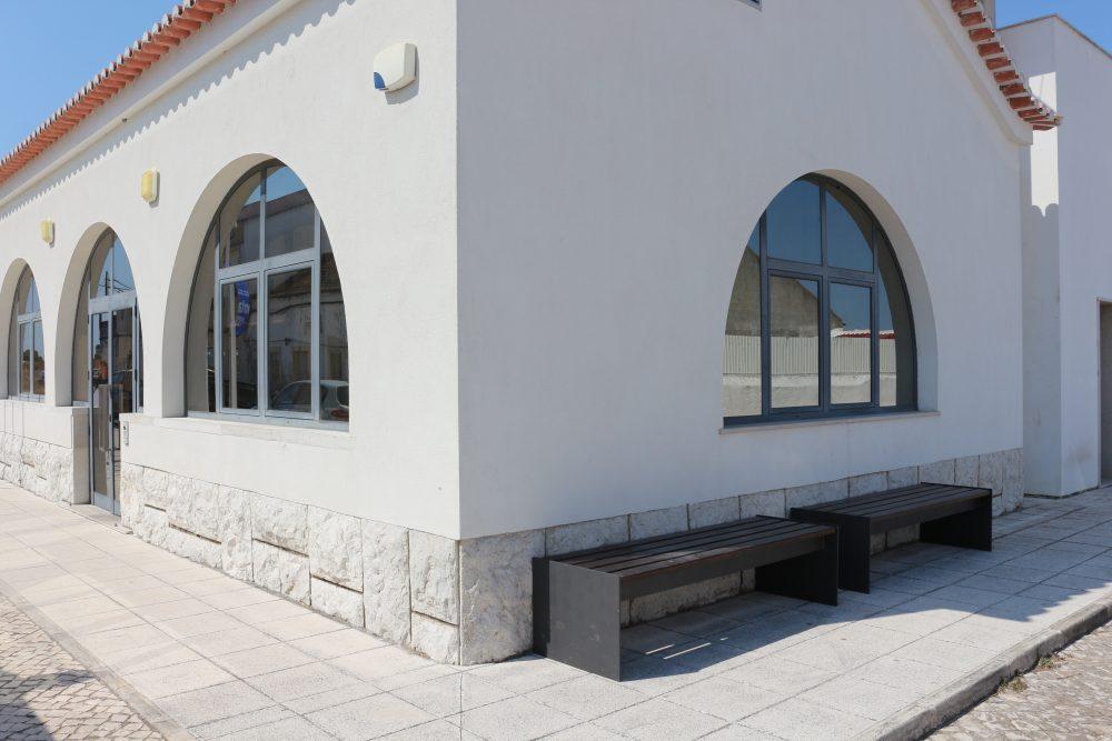 JF Samouco: bancos exterior Centro de Saúde